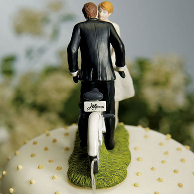 a-kiss-above-bicycle-bride-and-groom-couple-figurine4